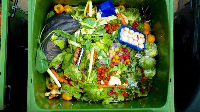 Malbaratament alimentari: 10 consells per reduir el menjar que llencem